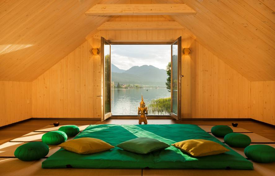 Meditation room with lakeview Strandhotel am Weissensee